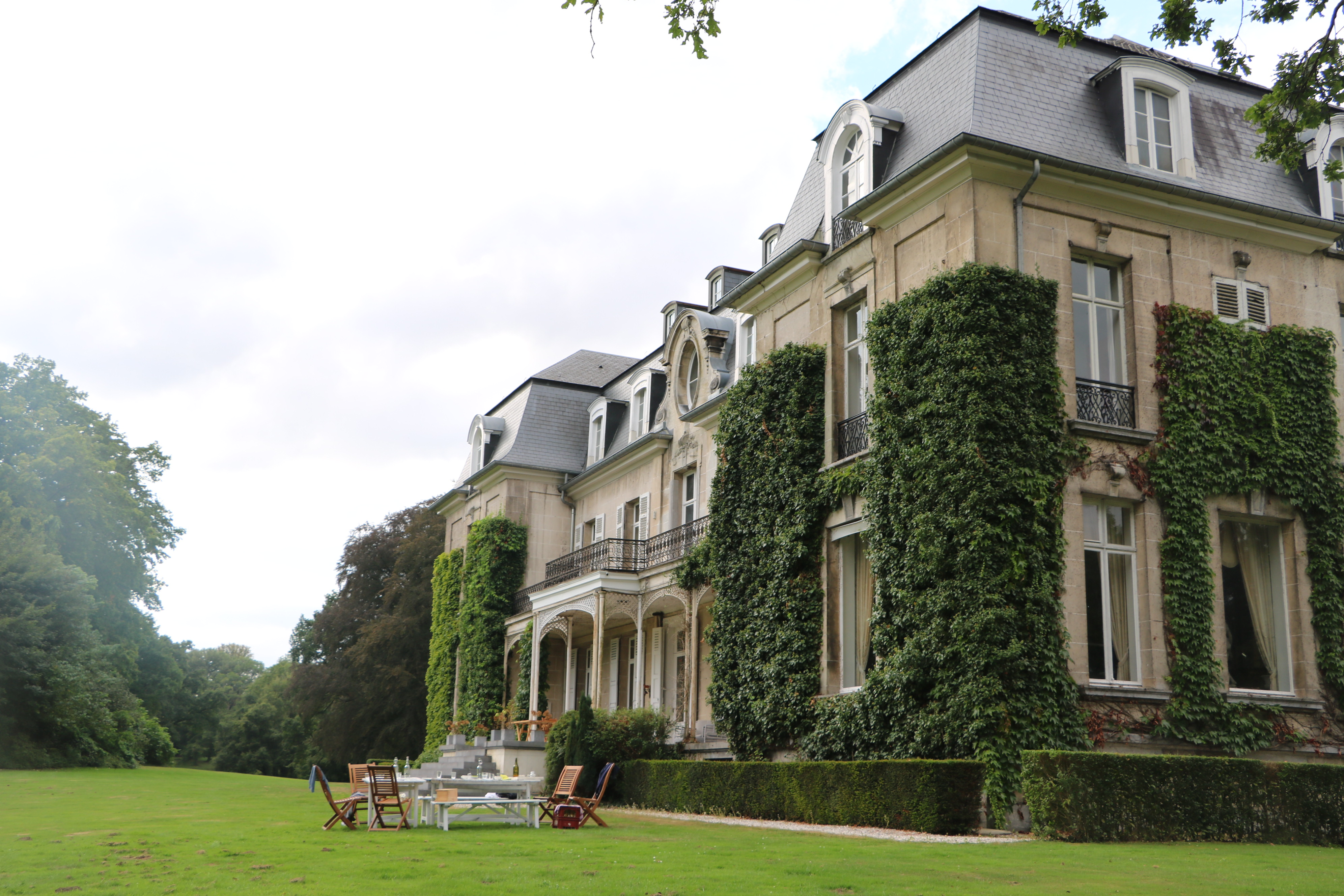 Construit en 1820 dans un style Beaux-Arts, le château d'Arthey est implanté au centre d'un domaine d'une centaine d'hectares de prairies et de forêts.
